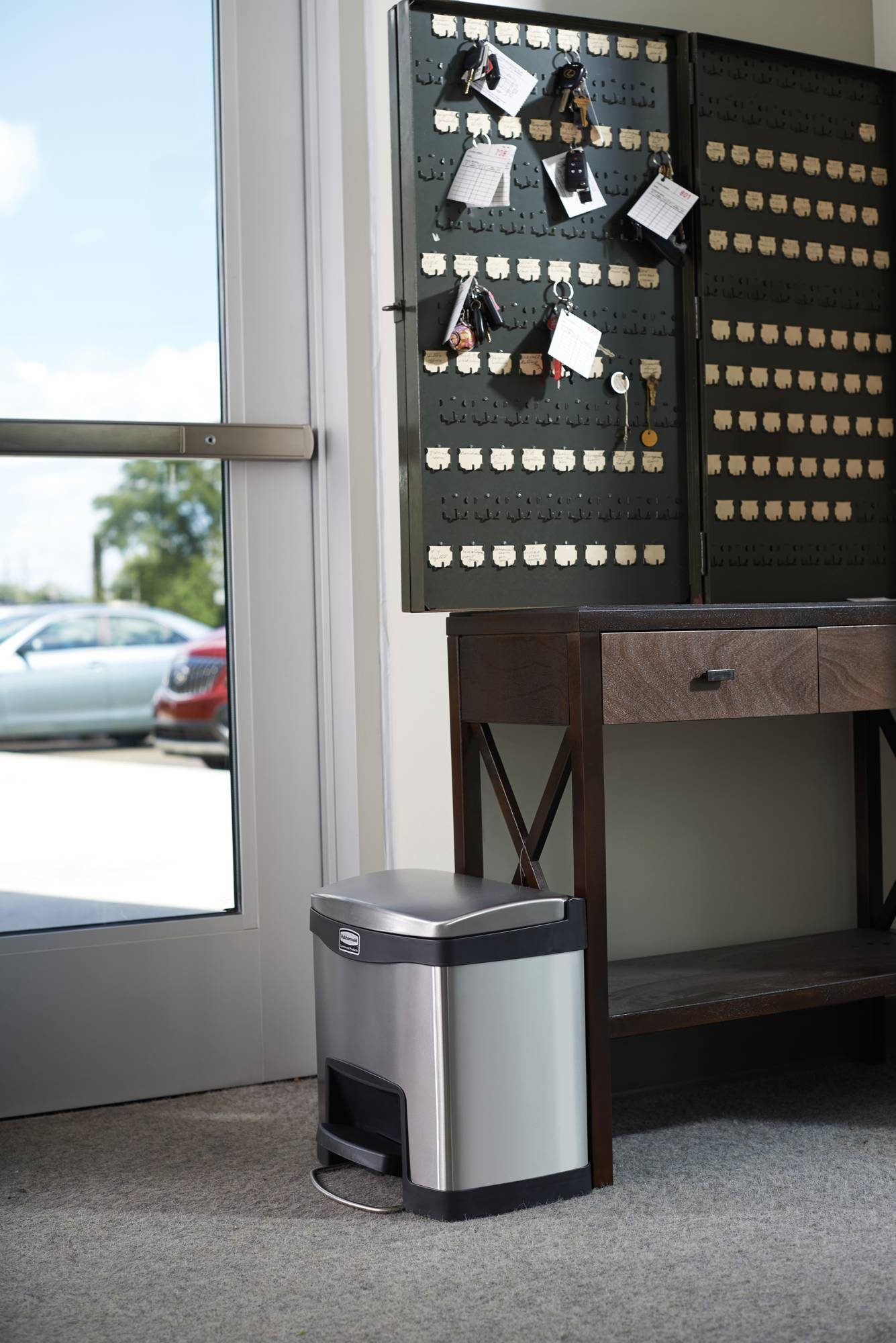 Rubbermaid Slim Jim Step On Container Front Step, 15 l schwarz/Edelstahl matt, im Hotelgewerbe