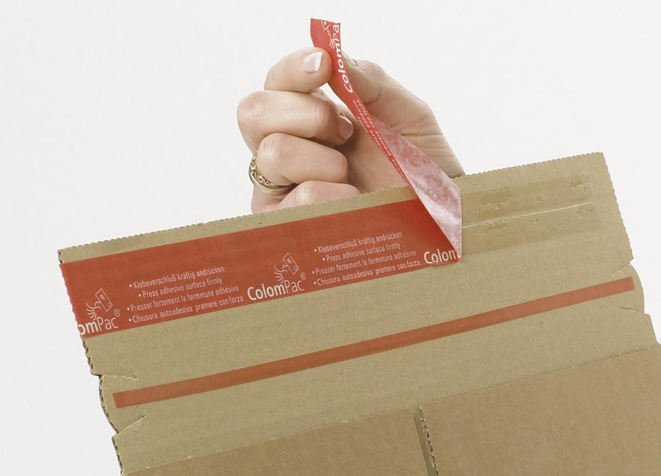 Braune Versand-Verpackung fürs Format C4 aus Wellenpappe mit Haftklebeverschluss