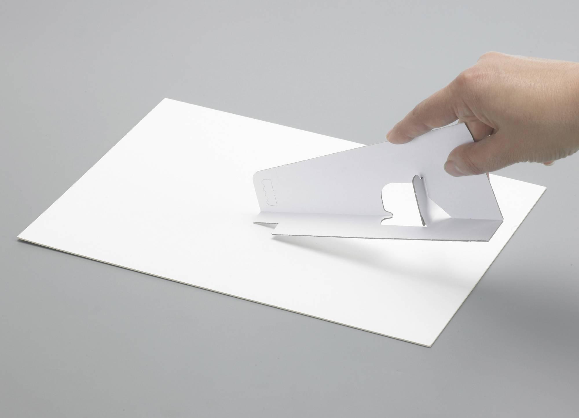 Anwendung: Selbstklebender Präsentationsständer aus Karton in weiß, B 9,5 x H 18 cm