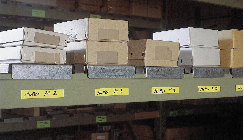 Gelbe Lager-Magnetschilder, 80 x 25 mm - befestigt an einem Regal und beschrieben